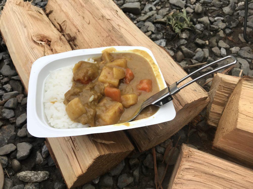 ソロキャンプボンカレーを食べる